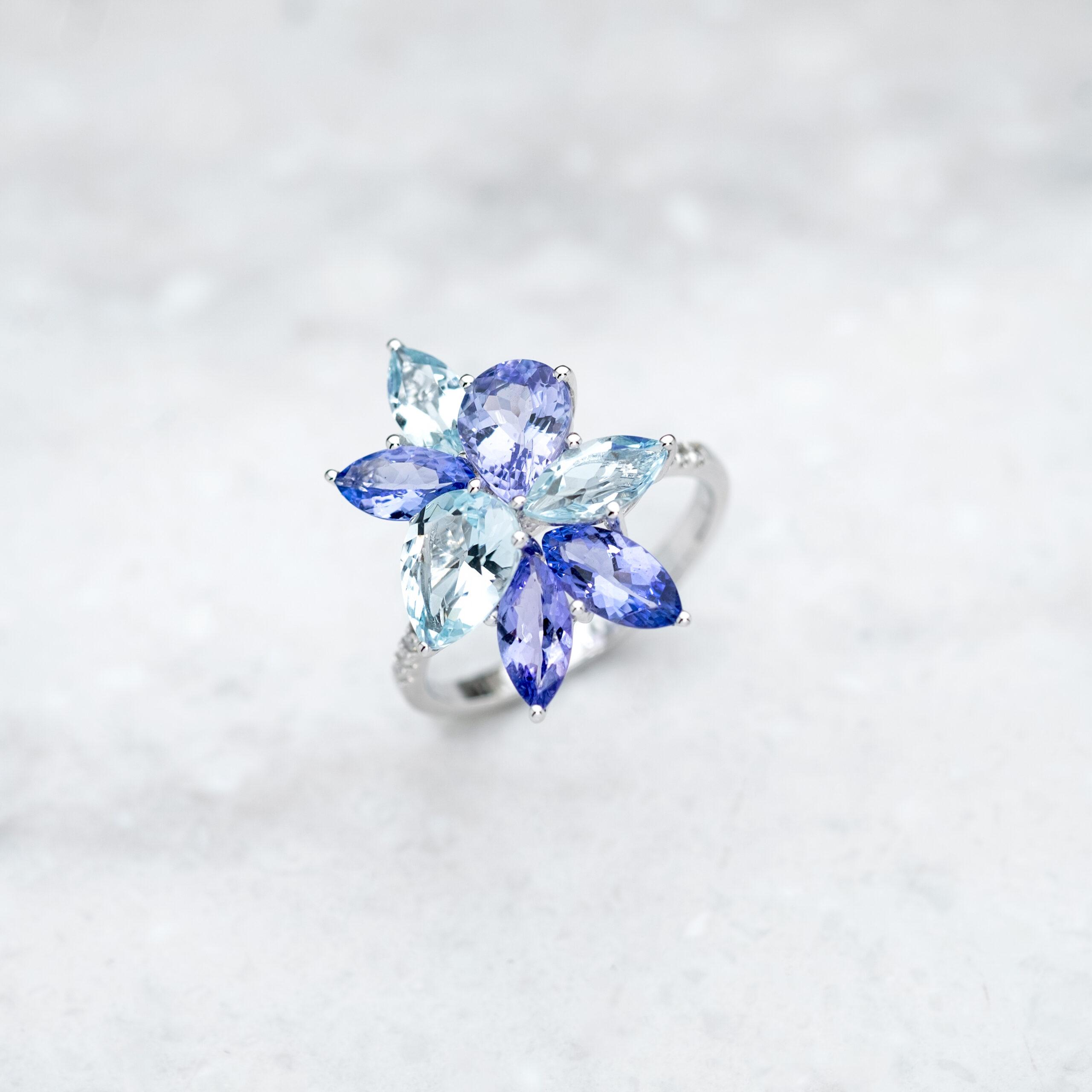 K18WGタンザナイトアクアマリンダイヤリングの画像