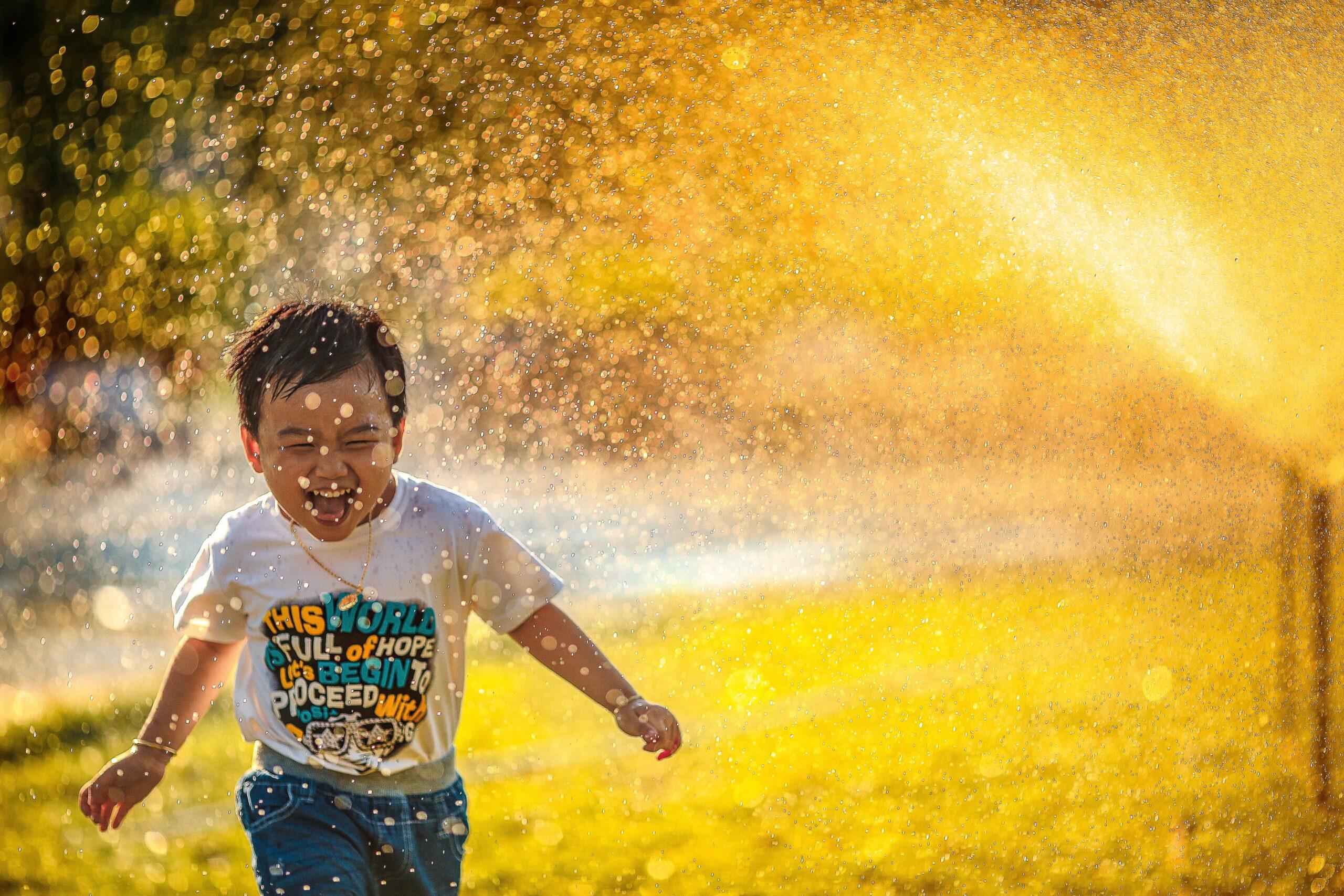 水を浴びる子供